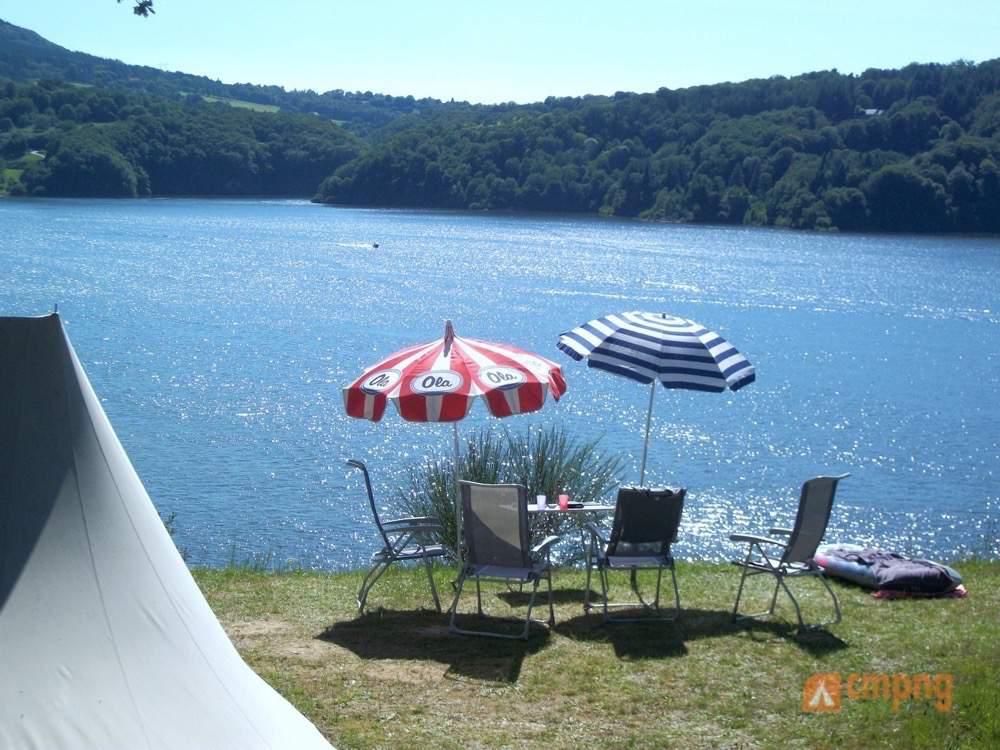Camping le lac de la siauve lanobre cantal for Location auvergne avec piscine